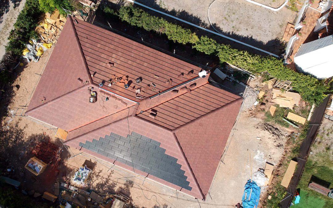 Casa de madera con tejas solares